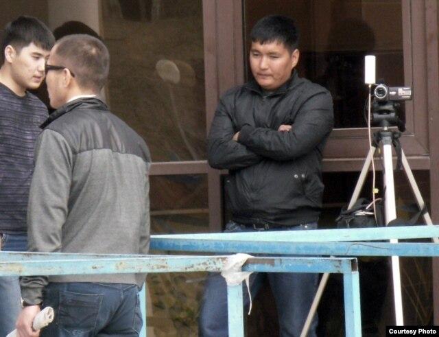 """Люди в штатском наблюдают за происходящим возле здания, где проходит суд по делу """"о беспорядках в Жанаозене"""". Актау, 13 апреля 2012 года. Фото предоставил Андрей Цуканов, независимый блогер."""
