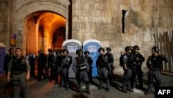 Иерусалимнің ескі бөлігіндегі әл-Ақса мешітіне кіреберісте тұрған Израиль қарулы полициясы. 20 шілде 2017 жыл (Көрнекі сурет).