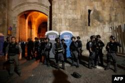 Ізраїльські силовики охороняють Левові ворота Старого міста, головний вхід до Храмової гори, вечір 20 липня 2017 року