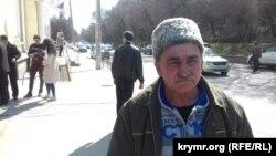 Фигурант «дела Веджие Кашка» Кязим Аметов возле здания Киевского районного суда Симферополя
