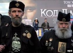 """Российские """"православные хоругвеносцы"""" на акции протеста против демонстрации фильма по книге Дэна Брауна """"Код да Винчи"""", 2006 год"""