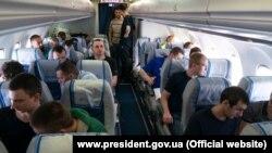 Українські політв'язні летять до Києва після обміну, архівне фото
