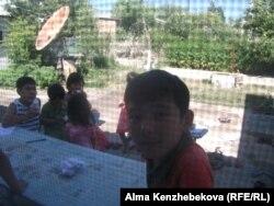 На железнодорожном вокзале города Туркестан. 30 июня 2014 года.