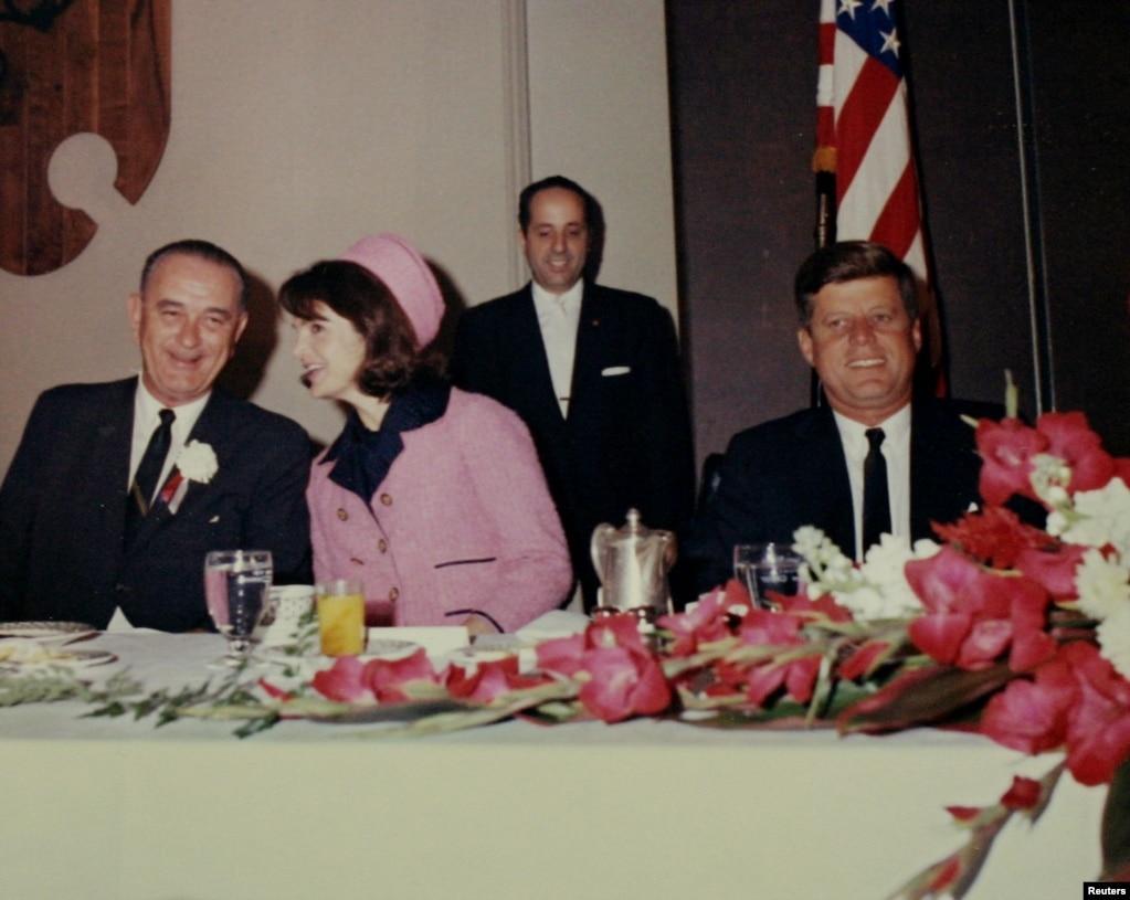 PredsjednikJohnFitzgerald Kennedy na doručku u gradu Fort Worthu američke države Texas sa potpredsjednikomLyndonom Johnsonom i prvom damom Jacquelinom Kennedy, nekoliko sati prije ubistva, 22. novembar 1963.