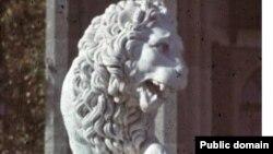 Скульптура лева при вході до Воронцовського палацу