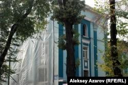 Здание на улице Желтоксан и более поздние пристройки в Алматы начали демонтировать перед сносом. 16 октября 2015 года.