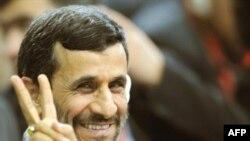 سه سال پيش محمود احمدی نژاد، به عنوان يکی از نمايندگان نسل دوم انقلاب اسلامی، بالاترين مقام اجرایی کشور را از انحصار نسل اول، گارد اول انقلاب، خارج کرد.(عکس: AFP)