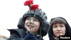 Ребенок в шлеме танкиста перед парадом победы. Москва, 9 мая 2017 года