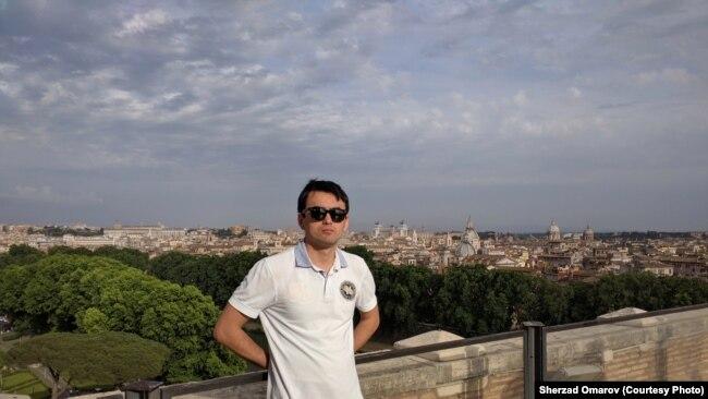 Казахстанец Шерзад Омаров во время путешествия в Рим.