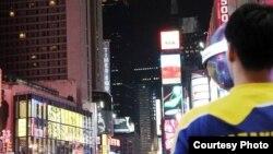 """""""Қазақстан"""" деген жазуы бар киім киген адам АҚШ-та жүр, Нью-Йорк, 2011 жылдың маусымы. (Көрнекі сурет)"""