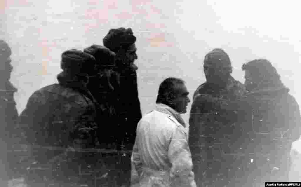 Şərur rayon özünümüdafiə batalyonunun rəhbəri Şahmərdan Cəfərov (sağda) aksiyaçıları atəş açacaqları ilə hədələyən sovet əsgərləri ilə danışıqlar aparır.