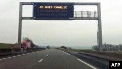 """O imagine pe un indicator al autostrăzii lîngă Dijon, cu inscripția """"Je suis Charlie"""", joi 8 ianuarie"""