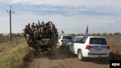 Представители ОБСЕ наблюдают, как украинские силы покидают свои позиции на переднем крае в районе села Богдановка 7 октября 2016