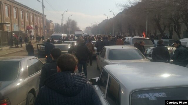 Armenia - Angry residents of Gyumri protest after the killing of six local residents allegedly committed by a Russian soldier, 14Jan2015. (Photo courtesy of Asparez.am)