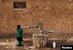 Пакистанская девочка набирает питьевую воду, чтобы отнести домой. Исламабад, 6 февраля 2015 года.