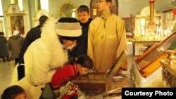 Прихожане Иоанно-Богословского собора поклоняются мощам святой великомученицы Елизаветы Фёдоровны. Рудный, 14 января 2012 года. Фото предоставлено Константином Вишниченко.