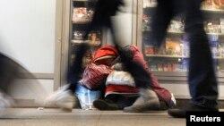 Бездомная женщина на улице в Санкт-Петербурге