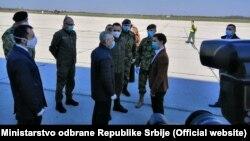 Premijerka Srbije Ana Brnabić, ministar odbrane Aleksandar Vulin i ambasador Rusije u Srbiji Aleksandar Bocan Harčenko, na aerodromu u Beogradu dočekuju pošiljku iz Rusije. 3. april 2020.