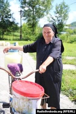 Василина регулярно здає молоко на сироварню