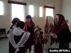 Кистем мәктәбенең ана теле укытучысы Алсу Касимова балаларга күрсәтмәләр бирә