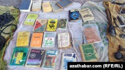 Türkmenabat. Köçede satylýan köne kitaplar. 2014.