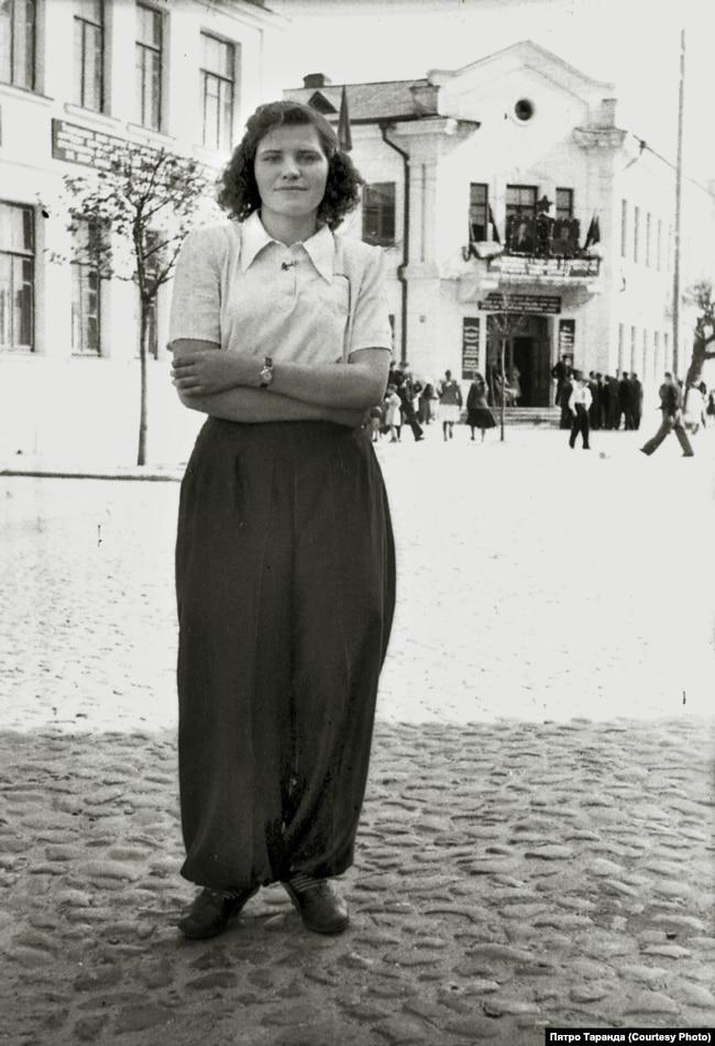 Работніца Баранавіцкай швейнай фабрыкі на вуліцы горада, 1960-я гады