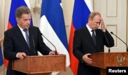 Президент Росії Володимир Путін (праворуч) та президент Фінляндії Саулі Нійністьо під час зустрічі у Москві. Червень 2015 року