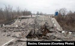 Разбураны Пуцілаўскі мост каля Данецкага аэрапорту