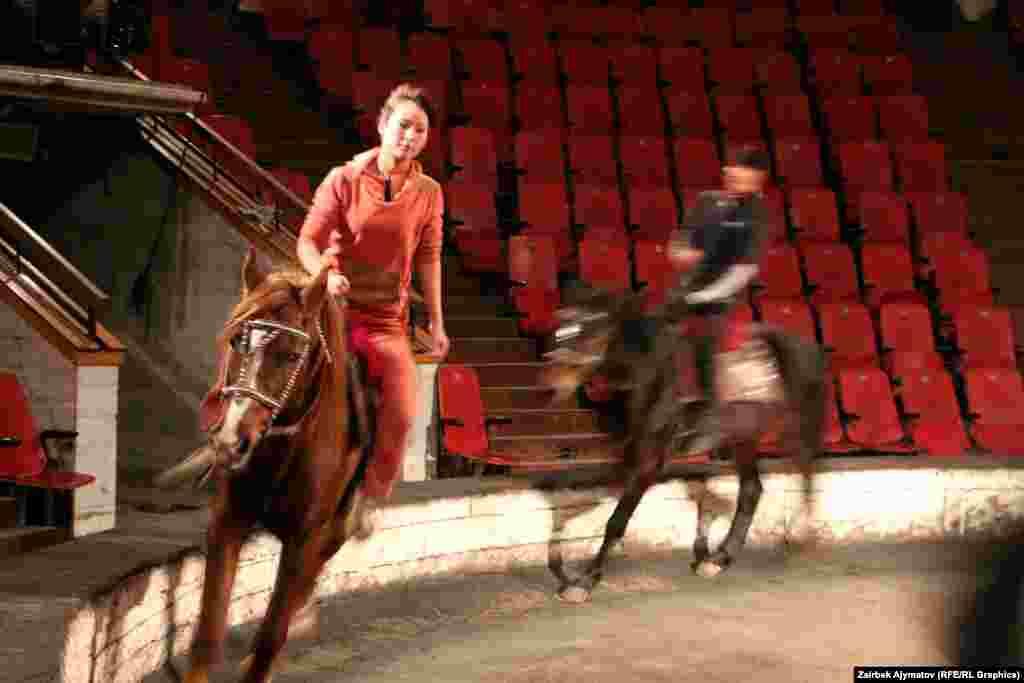 20-летняя наездница Аксана Абдукаримова работает в цирке около месяца.