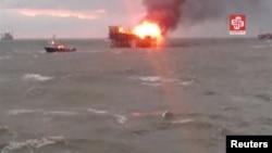 Кадр із відео, на якому видно пожежу на нафтовій платформі у Каспійському морі, 5 грудня 2015 року