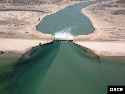 Кокаральская плотина на севере Аральского моря, Казахстан.
