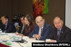 Представители общественных наблюдательных комиссий (ОНК) и Национального превентивного механизма (НПМ) Казахстана обсуждают проблему доступа в тюрьмы. Астана, 24 ноября 2016 года.