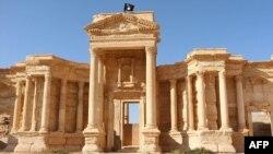 Кадр із відео, на якому видно прапор ісламістів на стародавній будівлі в Пальмірі, Сирія, 28 травня 2015 року