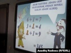 20 saylı məktəbin direktoru Sabir Məmişov riyaziyyat dərsində təqdimat edir
