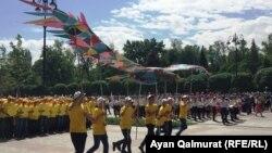 В Алматы дети несут эмблему программы «Рухани жаңғыру». Иллюстративное фото.