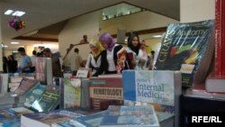 من معرض الكتب العلمية في المكتبة