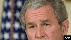 جرج بوش، رييس جمهوری آمريکا، روز جمعه گفت: دولت وام هفده ميليارد و ۴۰۰ ميليون دلاری را در اختيار صعنت خودروسازی اين کشور قرار می دهد. (عکس از:AFP )