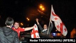 Грузинские болельщики празднуют победу сборной Грузии над футболистами Хорватии