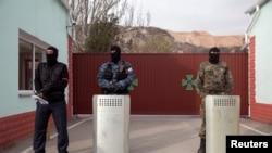 Вооруженные люди в крымском городе Балаклава. 4 марта 2014 года.