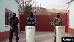 Вооруженные люди в военной форме без опознавательных знаков в крымском городе Балаклаве. 4 марта 2014 года.