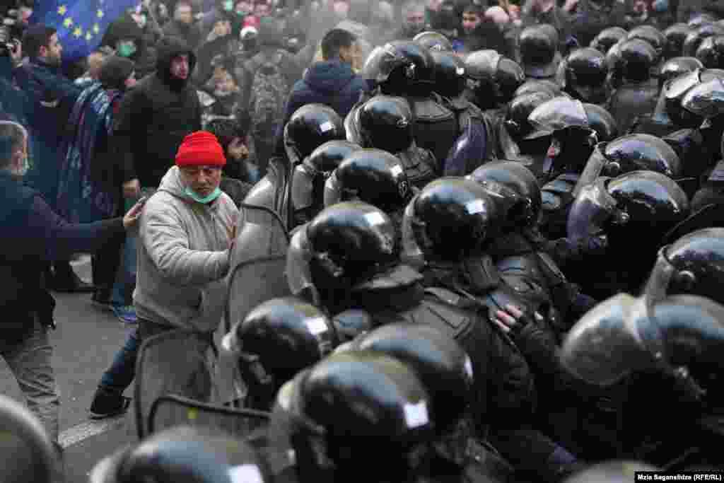 Столкновения групп протестующих с полицией продолжились за пределами здания парламента, когда темнело.