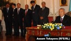 Президент Казахстана Нурсултан Назарбаев. Справа от него официальные лица Казахстана. Прага, 23 октября 2012 года.
