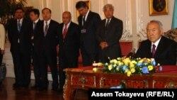 Президент Казахстана Нурсултан Назарбаев и чиновники, представляющие казахстанскую делегацию, во время визита Назарбаева в Чехию. Прага, 23 октября 2012 года.