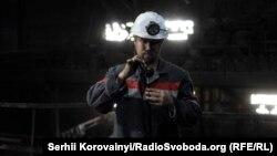 Зйомки у шахті (Микита Юренєв, фотограф студії New Cave Media, під час роботи під землею)