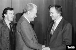 Вилли Брандт, председатель Социнтерна (слева) встречается с главной международного отдела ЦК КПСС Валентином Фалиным во время визита в Москву в 1989 году