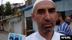 Мусульманин показывает свою фотографию, где он изображен с бородой. Баку, 26 августа 2008 года.
