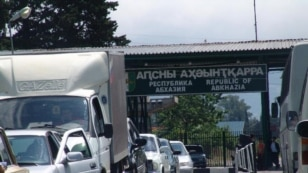 """В Сочи 21 мая изменили схему движения на участке подъезда к международному автомобильному пункту пропуска  """"Адлер """" ."""
