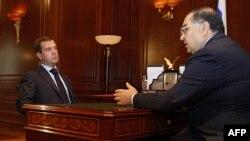 Орусиянын өкмөт башчысы Дмитрий Медведев жана миллиардер Алишер Усманов.