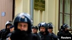 Policija čuva dvojezične ploče u Vukovaru, 03. rujan 2013.