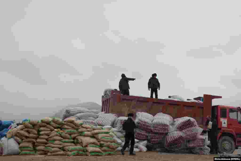 Группа прибывших на Памир врачей провела медицинское обследование около 350 местных жителей, раздав медикаменты.
